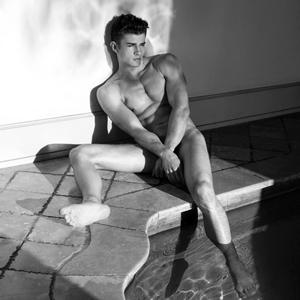 Nackt im Hallenbad