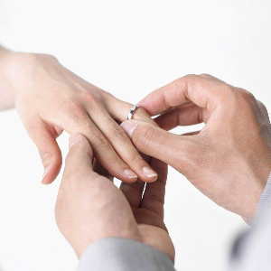Ein Ring, sie zu knechten