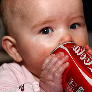 Cola aus dem Nuckefläschchen fürs Kleinkind